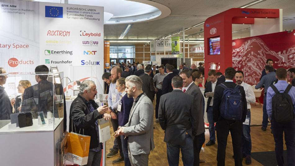 """154 Aussteller aus 17 Ländern zeigen auf der LOPEC in München, was die Zukunftstechnologie """"gedruckte Elektronik"""" zu bieten hat. Im Gegensatz zur konventionellen Elektronik werden die elektronischen Komponenten im Druckverfahren hergestellt."""