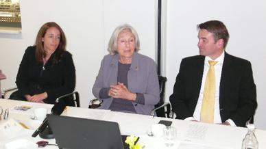 Renate Pilz (Mitte) kündigt ihren Abschied aus der Geschäftsführung von Pilz für Ende des Jahres an. Links Susanne Kunschert, rechts Thomas Pilz.