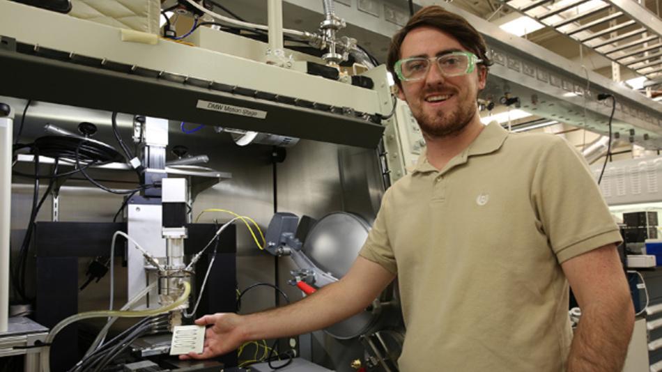 Luke Thornley vom LLNL hat die Wismut-Zinn-Legierung mitentwickelt, die sich durch die Düse eines 3D-Druckers extrudieren lässt und ein völlig neues, verbessertes 3D-Druckverfahren für Metalle ermöglicht.