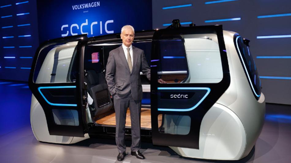 VW-Boss Matthias Müller präsentierte auf dem Genfer Autosalon den »Sedric« (Self driving car) mit Elektroantrieb.