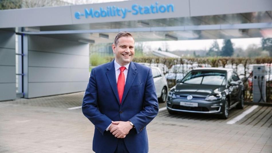 Standortleiter Lars Dittert präsentiert solarbetriebene Tankstelle »e-Mobility-Station«.