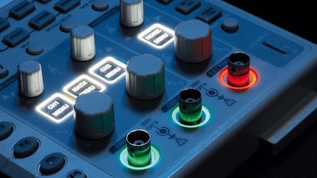 Mit der neuen Korona-Beleuchtung von Mentor Präzisions-Bauteile lassen sich Schalter, Tasten, Knöpfe, Regler, Buchsen oder Logos beleuchten.
