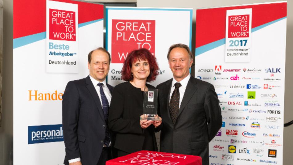 Peter Wewerka, Birgit Speck und Josef Schrätzenstaller (von links nach rechts) nahmen die Auszeichnung für Advantest als einer der »Besten Arbeitgeber Deutschlands 2017« entgegen.