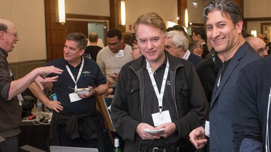 Während der Vorstellung der IPv6-Komprimierung (SCHC) in einem Sigfox-Funknetzwerk sprach Juan Carlos Zúñiga (rechts), Standardisierungsexperte von Sigfox und Mit-Vorsitzender der IETF-IntArea-Arbeitsgruppe, auf der IETF-98-Konferenz in Chicago, mit Stuart Cheshire (Apple, links), dem Erfinder des Bonjour-Protokolls (AirPlay, AirPrint, AirDrop, etc.).