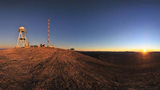 Ein Panoramablick auf den Cerro Armazones in der Atacamawüste in der Nähe vom Paranal-Observatorium der ESO bei Sonnenuntergang. Hier soll das E-ELT entstehen. Die ersten Bauarbeiten haben schon begonnen, mit der Fertigstellung wird 2024 gerechnet.