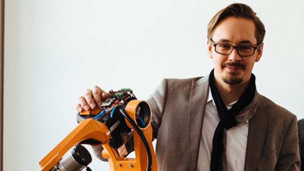 Nikolai Ensslen, Synapticon: »Jeder spricht von Industrie 4.0, Vernetzung und intelligenter Robotik, aber faktisch bewegen wir uns noch in einer Welt voller Insellösungen, durch die viele Prozesse unnötig verkompliziert werden.«