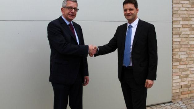 """Prof. Dr.-Ing. Jürgen Göhringer (rechts) und Dietmar Binert beschließen die weitere Kooperation und ermöglichen somit die Vorlesung """"Manufacturing Execution Systems"""" an der Hochschule Ansbach."""