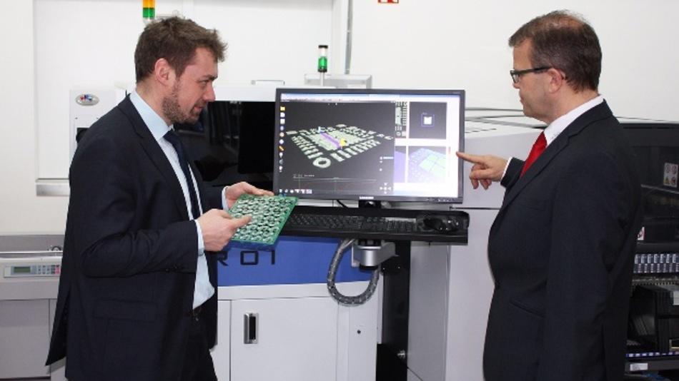 Sebastian Glitsch (ANS answer elektronik, links) und Helmut Öttl (Rehm) bei der Lotpasteninspektion mit dem TROI-7700H.