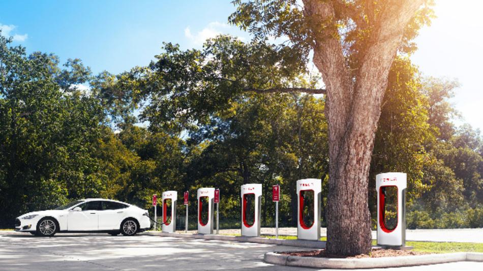 Tesla Model S mit Ladeinfrastruktur