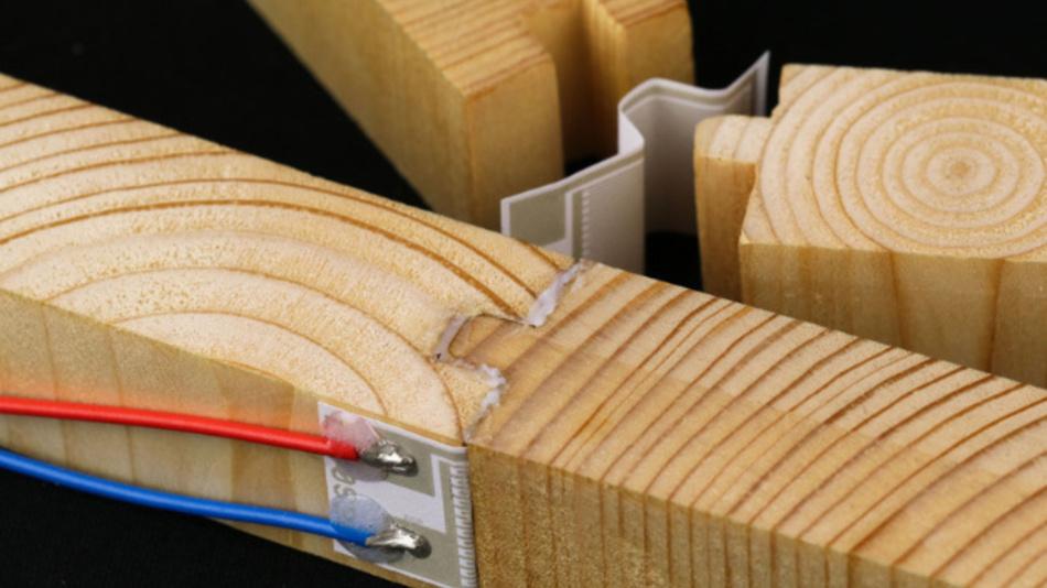 ntegriert im Verbundwerkstoff Holz kann der Sensor über den gesamten Lebenszyklus Informationen zur Temperatur, Feuchte oder dem pH-Wert liefern.