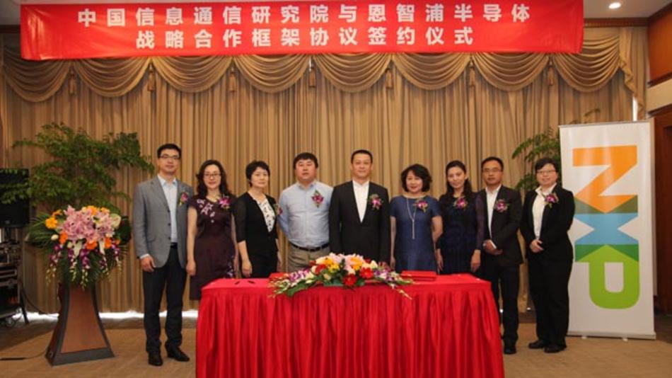 Wang Zhiqin, Direktor des CAICT, Zheng Li, NXP's President Greater China unterzeichnen den Kooperationsvertrag in Anwesenheit von Ren Aiguang, Director des Bereichs Electronic Information Department IC des chinesischen Ministeriums für Industrie und Informationstechnologie.
