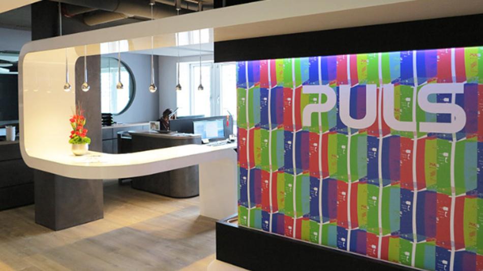 Empfangsbereich der neuen Firmenzentrale des Stromversorgungsspezialisten Puls im Münchner Arabellapark.