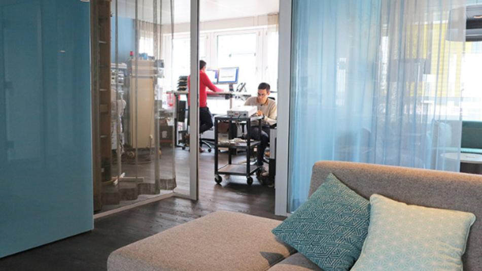 Der persönliche Schreibtisch, der zudem noch stufenlos höhenverstellbar ist, bleibt die Basisstation eines jeden Puls-Mitarbeiters.