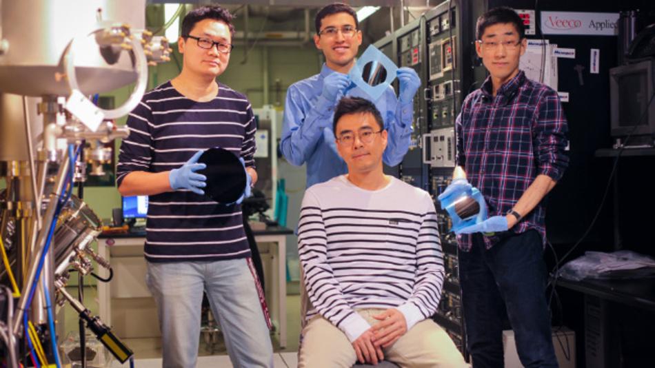 Postdoc Kyusang Lee (links), Professor Jeehwan Kim (sitzend) und Studenten, die den neuen kostengünstigen auf Graphene basierenden Copy/Paste-Fertigungsprozess am MIT erfunden haben.
