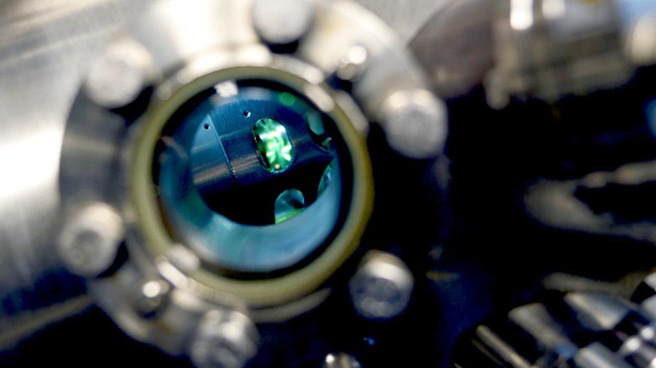 Mit Hilfe des Photoemissionsmikroskops haben Forscher die chemischen Vorgänge beim Schalten von ReRAM-Zellen geklärt.