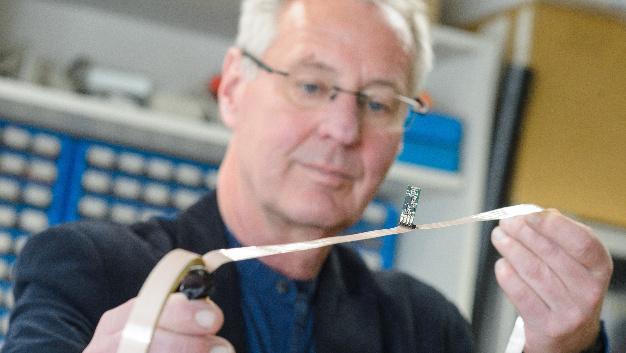 Das Sensor-Kabel, das die Forschergruppe von Professor Uwe Hartmann (Foto) entwickelt hat, erfasst einige Meter um sich herum alles, was das Erdmagnetfeld ändert. Der Sensor liegt normalerweise flach auf dem Kabel.
