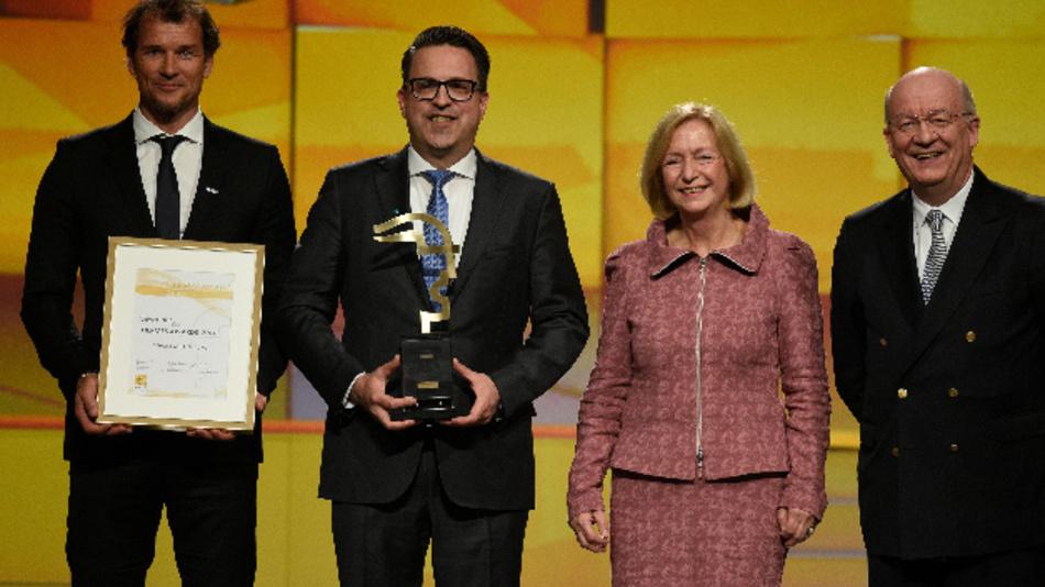 Die Schunk GmbH & Co. KG aus Lauffen  gewinnt den Hermes Award 2017 - hier mit Bundesministerin Wanka.