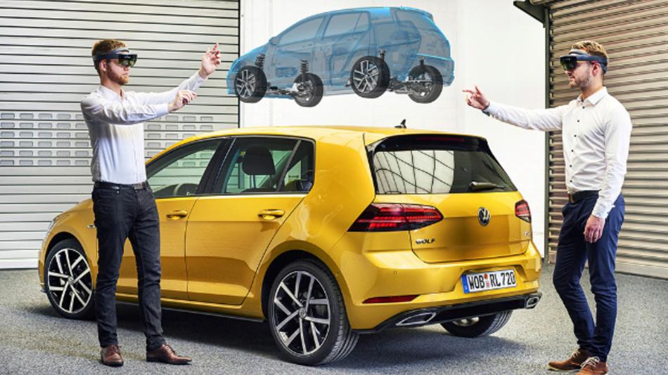 Die Software für die HoloLens visualisiert auch Fahrzeugkomponenten: Frank Ostermann (links), Leiter des Virtual Engineering Labs der Volkswagen Konzern-IT, spricht mit Kollege Konstantin Wall (rechts) über Komponenten der Bremsanlage.