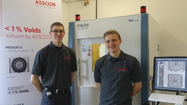 In dem von Martin Kugelmann (links) und Fabian Holub geleiteten Technologie- und Democenter von ASSCON dient ein Y.Cougar-System zur hochauflösenden, zerstörungsfreien Prüfung von Bauteilen und Baugruppen aus der Elektronik