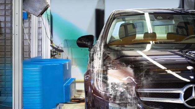 Mercedes-Benz testet Röntgentechnologie beim Crashtest.
