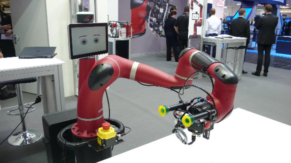 Der einarmige kollaborative Roboter »Sawyer« von Rethink Robotics kontrolliert mittels entsprechender Sensorik sowohl den Krafteinsatz als auch die Position seiner sieben Gelenke kontinuierlich und simultan.