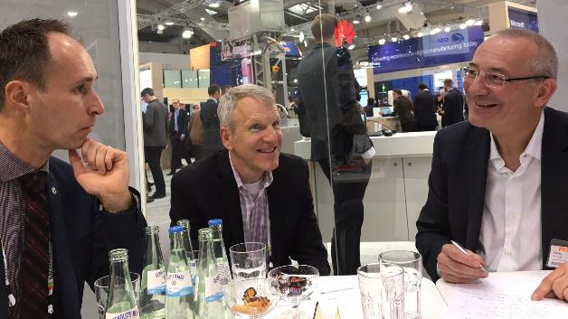 »Wir sammeln die Daten und bereiten sie so auf, dass sie den Systemen für künstliche Intelligenz und Machine Learning zugänglich werden. So können wir wahre Schätze heben.«sagte Chris Felts, OSIsoft (mitte) im Gespräch mit Christoph Papenfuss, OSIsoft (links) und Heinz Arnold Markt & Technik (rechts)