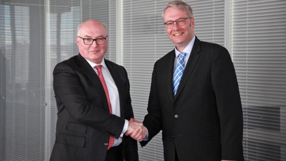 Besiegeln ihre Partnerschaft per Handschlag: Faurecia-CEO Patrick Koller und ZF-CEO Dr. Stefan Sommer.