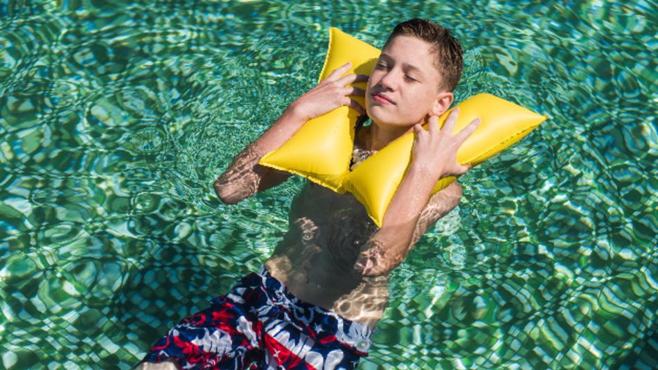 Bleibt man länger als 30 Sekunden unter Wasser, löst Ploota aus und die beiden integrierten Schwimmkörper werden aus einer CO2-Kartusche befüllt. So wird der Kopf über Wasser gehalten.