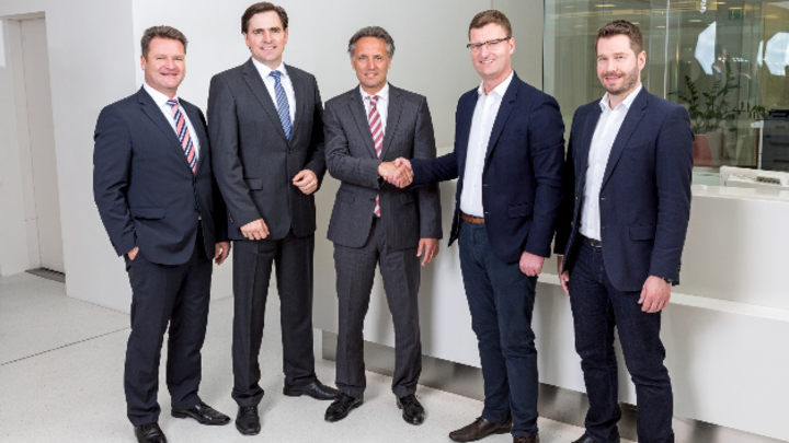 (v.l.) Borislav Stöckermann, Digitalisierungsexperte, Geschäftsführer Zeljko Petrina und Alexander Lehmann (alle Minol-ZENNER-Gruppe) mit den Geschäftsführern v. ZENNER IoT Solutions Matthias Behrens und Dr. Niklas Klein