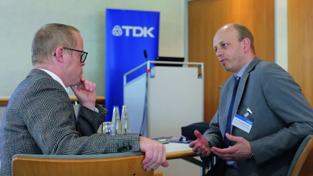 Redakteur Ralf Higgelke im Gespräch mit Dr. Christoph Auer (rechts), Head of R&D Aluminum and Film Capacitor Business Group von TDK, auf der electronica 2016.