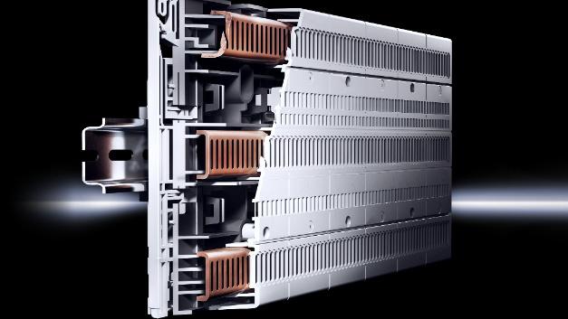 Die Grundplatten und auch die Komponenten von Rittals Sammelschienensystem RiLine Compact lassen sich werkzeuglos montieren.