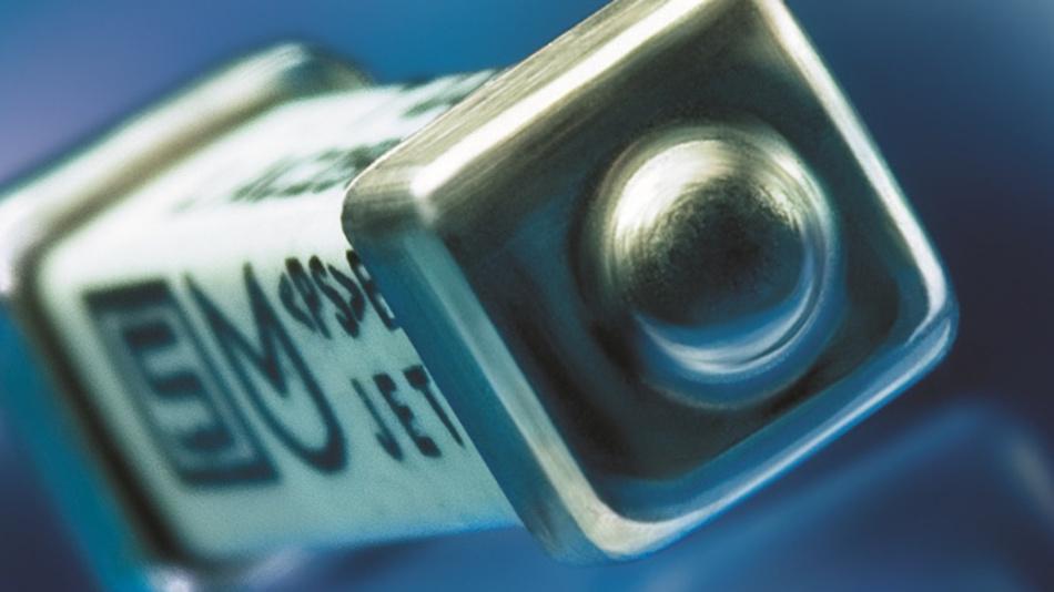 Die Anforderungen an den Primärschutz von LED-Lichtsystemen sind sehr hoch. Am einfachsten und sichersten lässt sich der Primärschutz durch eine Schmelzsicherung lösen. Eine solche Sicherung benötigt einen hohen I²t-Wert, damit sie bei Einschaltspitzen nicht auslöst. Aber sie braucht auch ein hohes Ausschaltvermögen, um den Stromkreis beispielsweise bei einem Kurzschluss sicher zu unterbrechen. Weiter ist eine kompakte Bauform wichtig, da LED-Netzgeräte sehr kompakt gehalten werden. Schliesslich müssen Sicherungen für den Primärschutz von LED-Lampen auch bei langen Betriebszeiten und hohen Temperaturen zuverlässigen Schutz garantieren. Schurter erfüllt diese Anforderungen mit den SMD-Sicherungen UMT 250, UMF 250 und UMT-H optimal: Sie sind sehr robust gegenüber hohen Einschaltspitzen dank ihrer trägen und flinken Charakteristiken, einem hohen I2t-Wert und einem hohen Ausschaltvermögen von bis zu 200 A bei der UMT 250/UMF 250 und 1500 A bei der UMT-H.