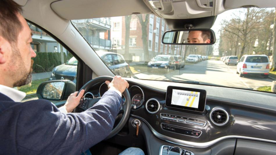 Mit dem Community-based Parking hat Bosch eine offene Service-Plattform zur stressfreien Parkplatzsuche entwickelt. Der Clou dabei: Autos finden und melden selbst freie Stellplätze am Straßenrand. Den wirtschaftlichen und gesellschaftlichen Nutzen der vernetzten Mobilität zeigt eine neue Studie. Vernetzte Parkplatzfunktionen könnten in China, Deutschland und den USA jährlich 70 Millionen Fahrstunden einsparen.