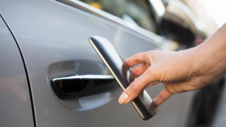 Das Smartphone wird durch NFC zum digitalen Fahrzeugschlüssel und sperrt beispielsweise das Fahrzeug auf.