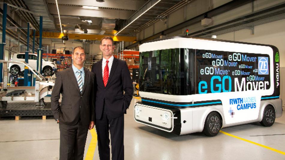 Prof. Dr. Günther Schuh (rechts), CEO von e.GO Mobile, und Torsten Gollewski (links), Geschäftsführer von Zukunft Ventures, präsentieren den ersten Prototypen.