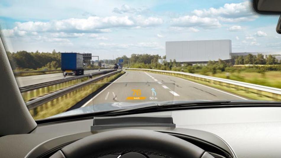 Der »Combiner« des Combiner Head-Up-Displays ist eine kleine transparente Kunststoffscheibe vor der Frontscheibe. Das neue HUD kommt in den Mazda-Modellen 2 und CX-3 zum Einsatz.