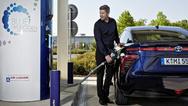 Um Brennstoffzellen-Fahrzeuge wie den Toyota Mirai vermehrt auf die Straße zu bringen, haben sich in Japan elf Unternehmen zum Ausbau der Infrastruktur zusammengeschlossen.