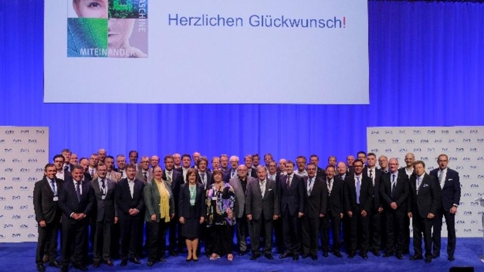 Der neu gewählte Vorstand des ZVEI. Zweite Reihe links: Philipp Hensel, erste Reihe 3. v. l.: Christopher Mennekes