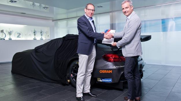 Stefan Kampmann, Technikvorstand Osram (links) und Jens Marquardt, Direktor BMW Motorsport (rechts) beim Start der Partnerschaft.