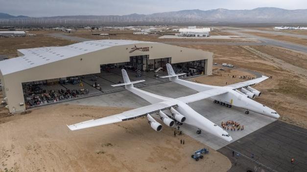Das Trägerflugzeug für Raumfahrzeuge beim ersten Rollout.