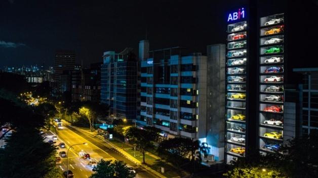 Luxuswagen verschiedener Marken sind in dem 15-stöckigen neuen Autohaus ABM (Autobahn Motors) in Singapur ausgestellt. Das neue Autohaus bietet insgesamt 60 Nobelkarossen an.  Foto: Handout/ABM Autobahn Motors/dpa