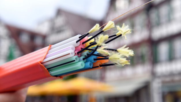 Bis Ende 2018 soll es der Landesregierung zufolge in ganz Hessen schnelles Internet geben. Foto: Uli Deck/dpa