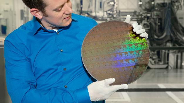 Der IBM-Research-Wissenschaftler Nicolas Loubet zeigt einen Wafer mit Chips auf Basis der 5-nm-Silizium-Nanosheet-Technologie.