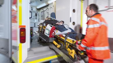 Patient bereits am Unfallort mit EVE Beatmungsgerät