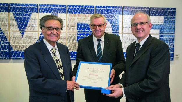 Der Ehrenring-Träger Prof. Ernst Lüder bei der Preisverleihung mit Prof. Peter Knoll, GMM-Vorsitzender a.D., und Prof. Norbert Frühauf (von links nach rechts).