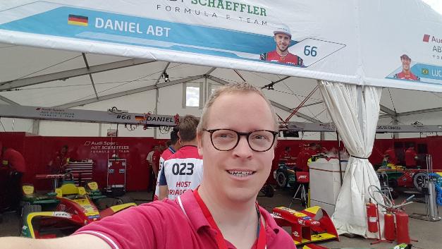 Selfie vor der Box von Daniel Abt beim Formel-E-Rennen in Berlin-Tempelhof.