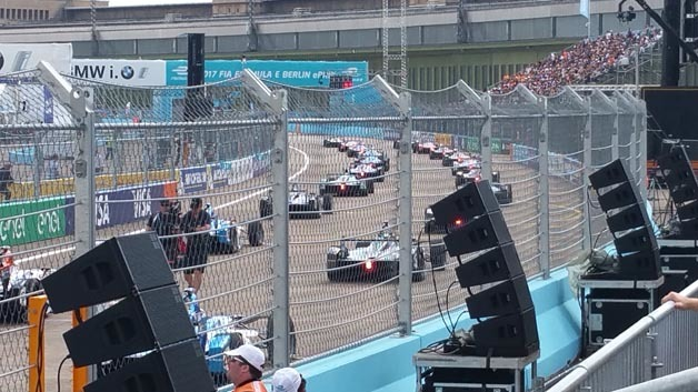 Bild 11. Die Rennfahrer begeben sich zur Startaufstellung.a Twitter und auf der FanBoost-Webseite sowie App bis zur 6 min im Rennen wählen. Die besten drei Fahrer dürfen im zweiten Fahrzeug zusätzliche 100 kJ Energie freisetzen.