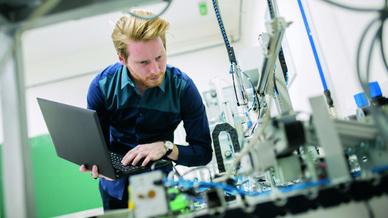 Elektronikingenieur prüft Schaltungsaufbau
