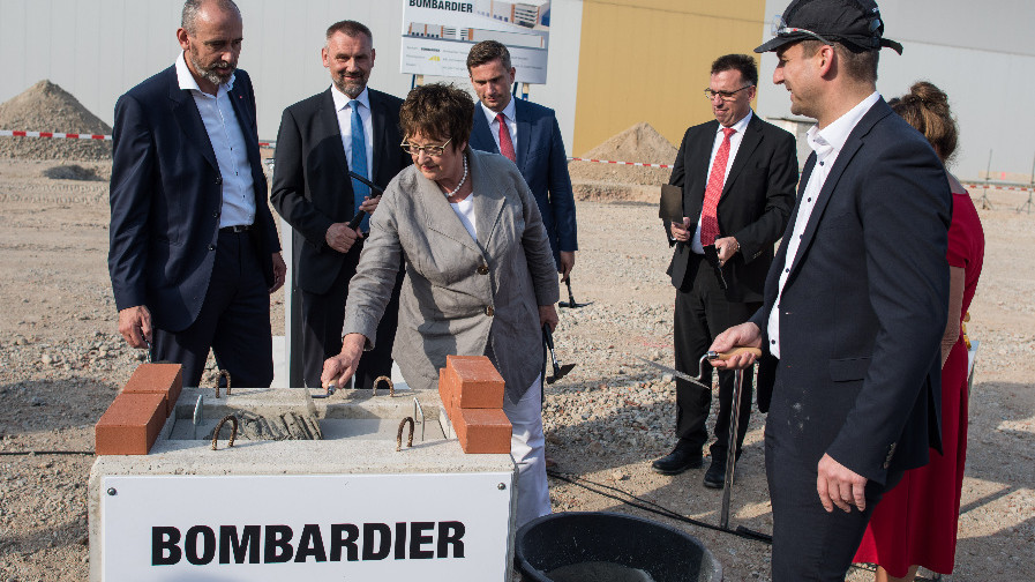 Bundeswirtschaftsministerin Brigitte Zypries (SPD) legt den Grundstein zur Industrie-4.0-Endmontagehalle in Bautzen
