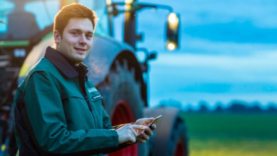 Landwirt mit Smartphone: Ohne Vernetzung läuft in der Landwirtschaft kaum noch was.